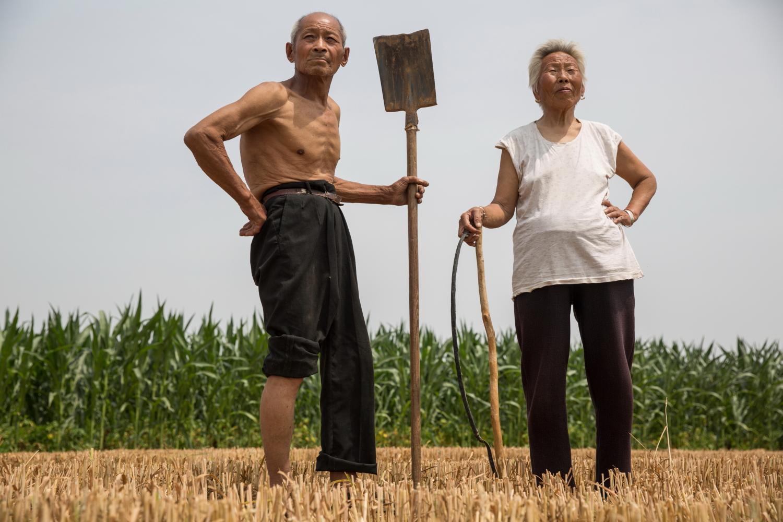 2016年6月,刘磊为自己的爷爷和奶奶在田间拍了一张照片。他们一生与土地打交道,还养着十几只山羊。受访者供图