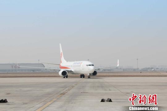 波音公司737系列飞机降落在天津滨海国际机场。 钟欣 摄