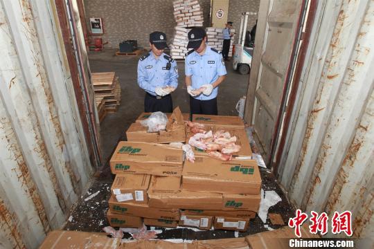 2018年3月26日,广州海关查获千吨走私冻品案,图为缉私警察检查涉案冻品。 刘�D�� 摄