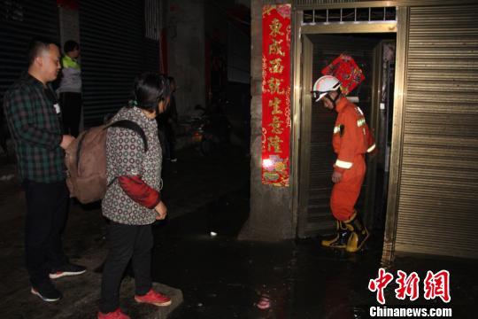 冰雹暴雨突袭贵州黔西致城市内涝 消防奋战4小时排险