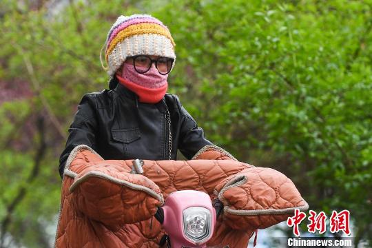 山西七市暴雪黄色预警 民众身穿冬装出行(图)