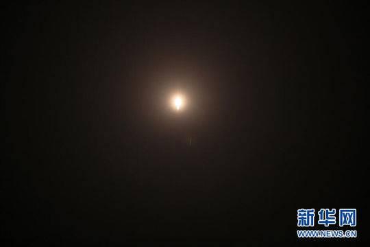 星际荣耀双曲线一号S火箭消失在夜空中。 新华网发(郝金雷 摄)