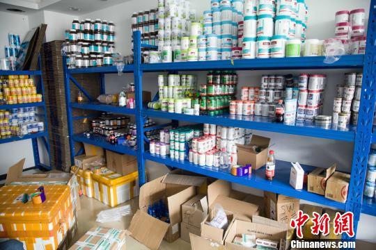 警方捣毁利用网络销售假劣食品药品的窝点。警方供图