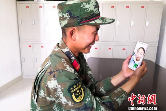 图为陈伟和姐姐视频连线,讲述军营成长故事。武警某部交通三支队供图