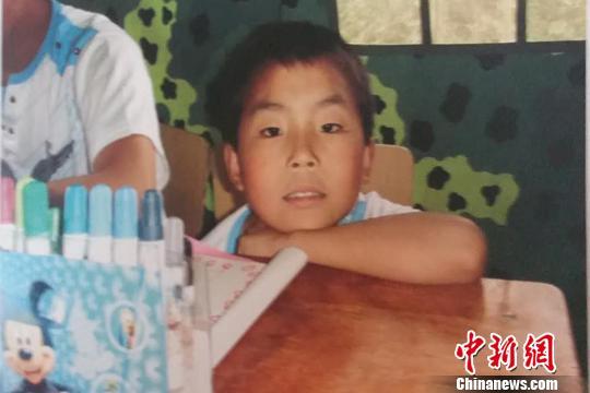 地震后,9岁的陈伟被转移到救援官兵搭建的帐篷。武警某部交通三支队供图