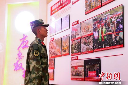 图为陈伟走进支队史馆了解支队历史。武警某部交通三支队供图