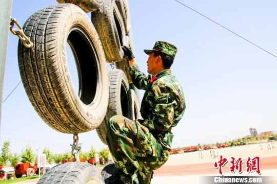 图为陈伟苦练军事技能。武警某部交通三支队供图