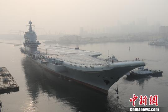 中国第二艘航母首次出海试验。 李刚 摄
