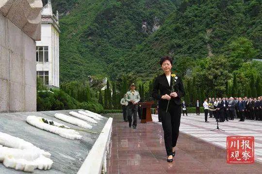 △5月12日,林郑月娥在地动遗迹前敬献鲜花