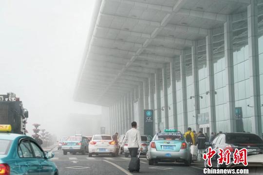 大连机场出现大雾低云天气。 时晨 摄