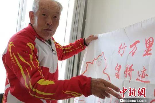刘万立老人热情讲述骑行故事。 郝胜忠 摄