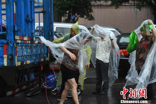 重庆主城突降暴雨 街头民众自制雨衣避雨