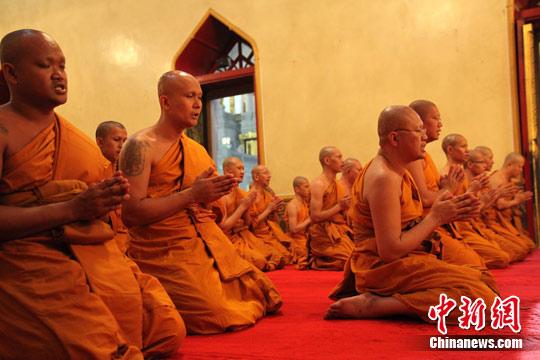 资料图:曼谷寺庙诵经的僧侣们。中新社发 余显伦 摄