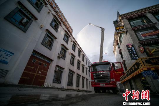 西藏消防部队开展大型商场火灾救援演练