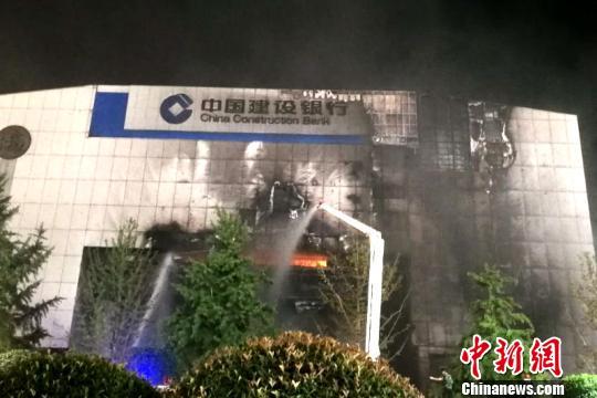 消防官兵扑救火灾。 边峰 摄
