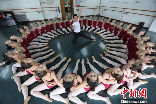 图为唐博伟和同学在排练舞蹈。 李强 摄