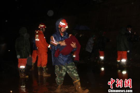 图为消防官兵转移被困人员 唐国松 摄