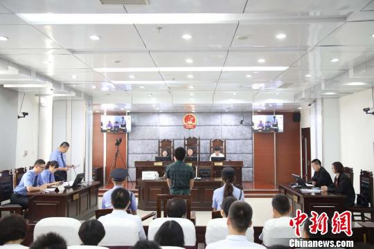 包钢集团焦化厂原厂长杜建受贿、巨额财产来源不明案庭审现场。昆区检察院供图。