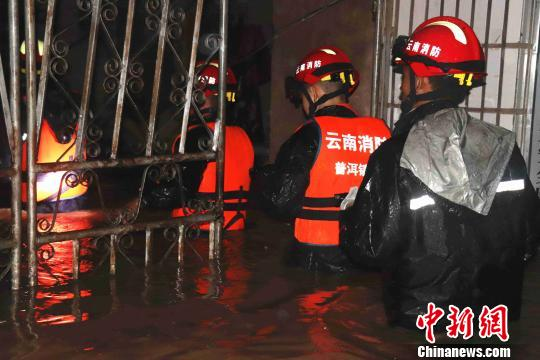 洪水围困云南普洱农场 消防紧急疏散被困群众