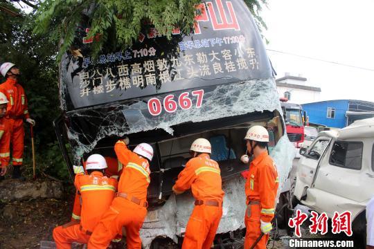 桂林一大客车与面包车相撞 10人被困客车内