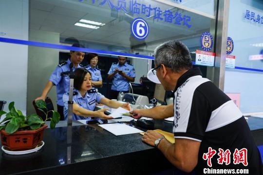 在桂林生活工作的台胞到该市公安局象山分局户政办证大厅办理台湾居民居住证。 唐梦宪 摄