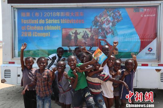 图为中国影视大篷车走进刚果(布)。四达时代供图