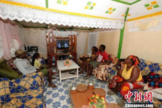 图为尼日利亚Suswa村Kursai一家人正在收看功夫频道。四达时代供图