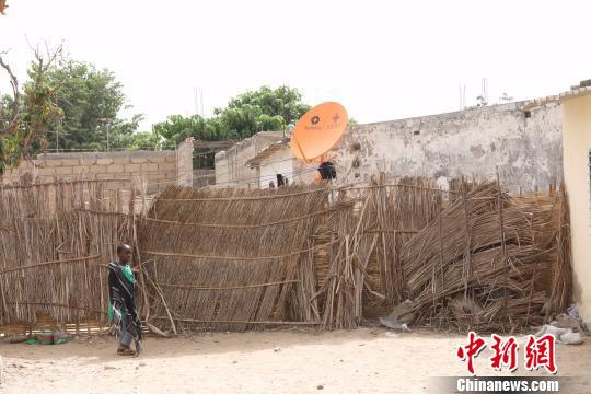 """图为""""万村通""""为塞内加尔Sangalkam村一户村民家接通了卫星电视信号。四达时代供图"""