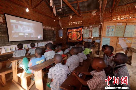 图为乌干达卡里加村小学学生们正在观看电影《功夫》。四达时代供图