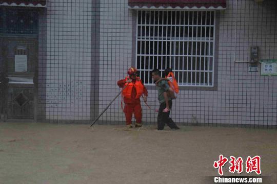 湖北来凤县:村民遭洪水围困 消防紧急营救
