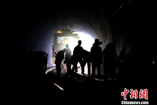 """通讯:沪昆铁路线上的""""内科大夫"""""""