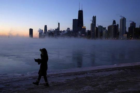 一行人在芝加哥湖邊行走。(美聯社)