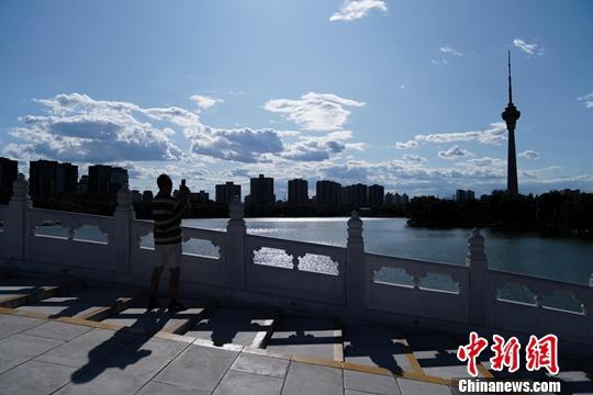 材料图:北京蓝天黑云。中新社记者 张兴龙 摄