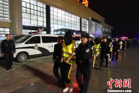 甘肃警方跨省抓获13名套路贷嫌犯 涉案受害人3900余名