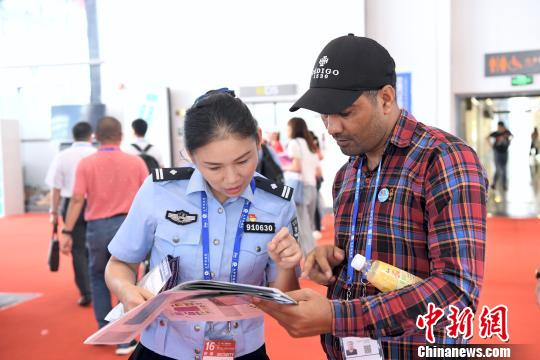 民警向外国客商讲解交通安全法规。警方供图