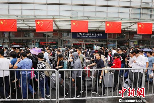 旅客从铁路上海站出发前往自己的目的地。 殷立勤 摄