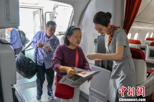 图为旅客乘坐海南航空航班。(资料图) 洪坚鹏 摄