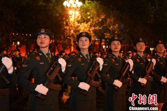 训练中的籍尹来(左二) 尹威华 摄