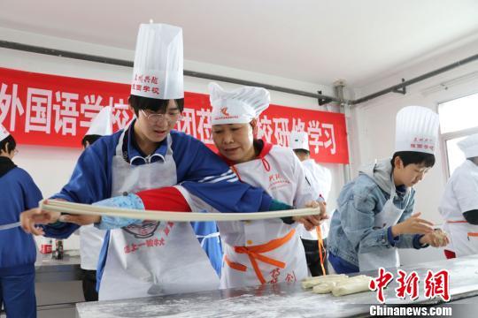 百余北京师生兰州体验兰州牛肉面