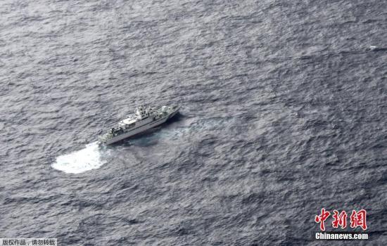 图为当地时间12月6日,日本海上警卫队船只正在搜寻失踪美军士兵。