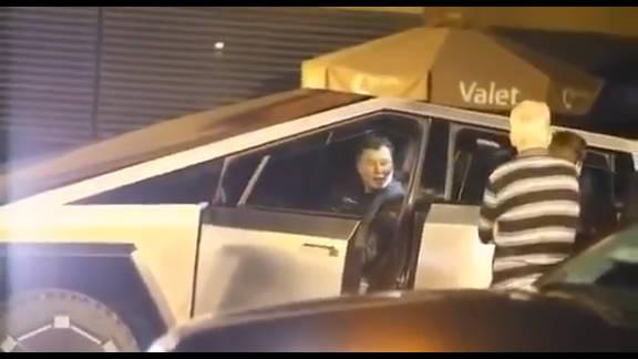 马斯克驾驶Cybertruck出现在洛杉矶街头。