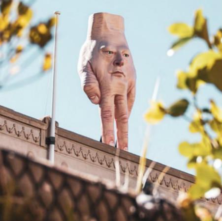 """新西兰画廊楼顶惊现""""特朗普大手""""雕塑,吓坏当地人"""