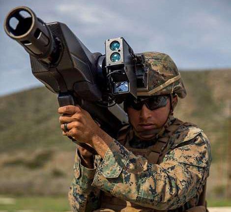 """资料图片:美军陆战队员试用""""天障""""反无人机大炮。(图片来源于网络)"""