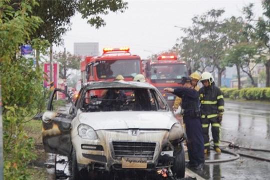 云林县消防局出动了2辆水罐消防车,并于10分钟内将火扑灭。(图片来源:台媒)