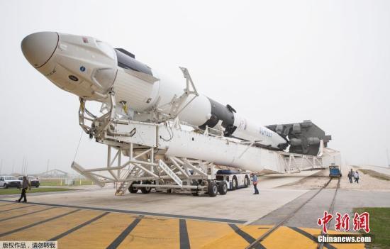 """材料图:本地工夫2019年2月28日,好国佛罗里达州卡纳维推我角空军基天,SpaceX Demo-1无人驾驶""""载人龙飞船""""(Crew Dragon)表态。"""