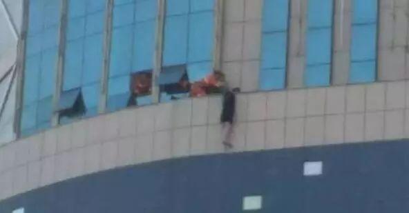 甘肃庆阳19岁女孩跳楼 部分起哄的围观者已被