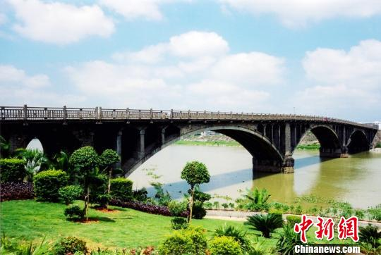 广东东莞拍微电影讲述全国首座农民集资修建大桥故事