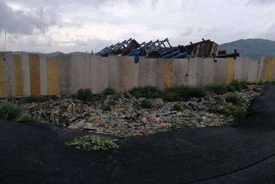 图1:三善堂临时生活垃圾堆场边缘裸露的垃圾