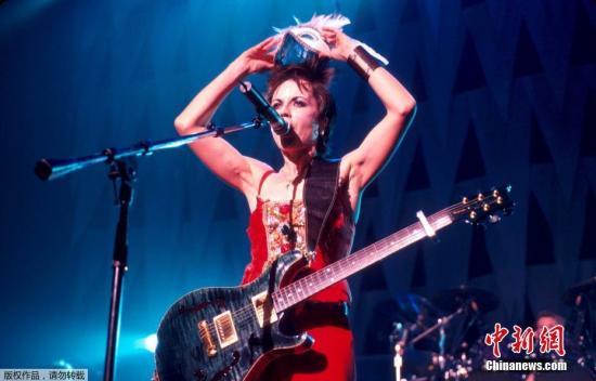 """她在90年代發表《Linger》、《Zombie》成爲全球知名的神曲,其中《Dreams》曾由天后王菲翻唱《夢中人》,所屬樂團""""小紅莓""""發行唱片在全球暢銷超過4000萬張。(資料圖)"""