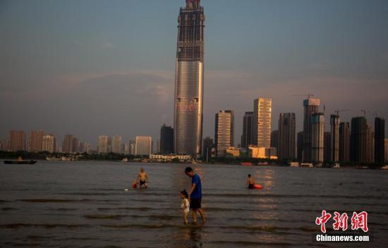 资料图:民众在武汉汉口江滩戏水。 中新社记者 张畅 摄